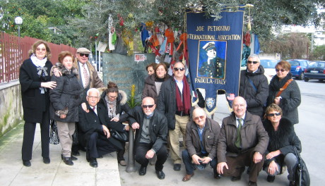 Delegazione della Joe Petrosino International Association davanti al monumento di Via D'Amelio